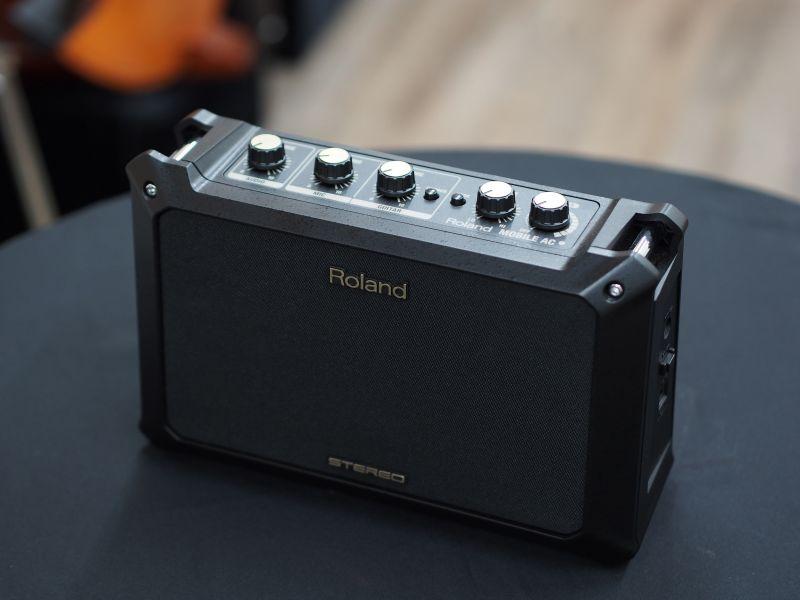 roland mobile ac acoustic combo amp akustik gitar amfisi. Black Bedroom Furniture Sets. Home Design Ideas